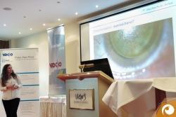 Isabel Korth (M. Sc. Vision Science and Business) erklärt die Bedeutung genauer Dokumentation in der Linsenanpassung