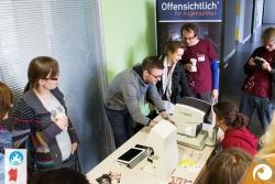 Es herrscht großer Andrang bei unserem Sehtest auf dem Barcamp | Offensichtlich Berlin