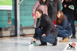 Vor dem Start dürfen die Teams sich einspielen | Bügelseisen Curling / Round Table 44 Berlin