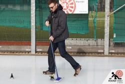 Norman übt schon einmal das im Curling wichtige wischen |  | Bügelseisen Curling / Round Table 44 Berlin