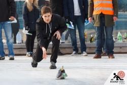 Eyesbär Torsten mit dem ersten Spielzug  | Bügelseisen Curling / Round Table 44 Berlin