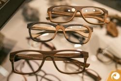 Für jene, die sich nicht entscheiden können - Holz- und Kunststoffbrillen im identischen Design | Offensichtlich Berlin