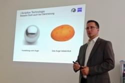 Lars Müller veranschaulicht den Unterschied von Standard Gläsern zu Freiform-Technologie