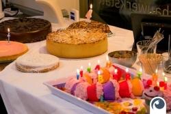 Offensichtlich Geburtstagskuchen wird 4 Jahre! Feiern Hoch 4
