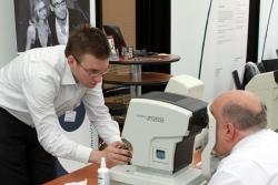 Erster Augentest mit dem Autorefraktometer beim Gesundheitstag | Offensichtlich.de