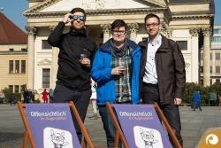Das Offensichtlich Team auf dem Gendarmenmarkt nach der Sonnenfinsternis | Ihr Optiker