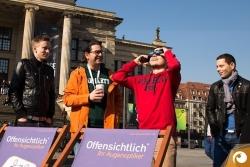 Die Begeisterung ist groß vor dem Konzerthaus am Gendarmenmarkt - Sonnenfinsternis