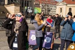 Zum Höhepunkt der Sonnenfinsternis wurde es richtig voll auf dem Gendarmenmarkt