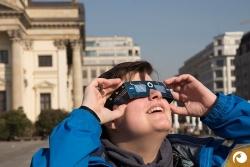 Jana Ropertz macht ihrer ersten Erfahrungen mit der Sonnenfinsternis im Selbstversuch