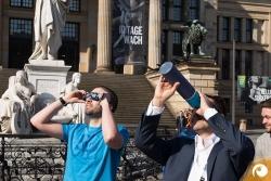 Zwei Möglichkeiten der Betrachtung – Lochkamera vs Sofi-Brille