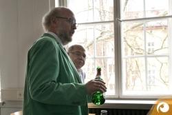 Die Professoren Peter Moest und Manuel Fraatz laden zum Anstoßen ein