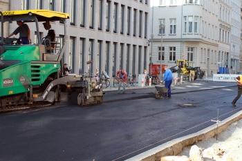 Letzte Arbeiten an der Straßendecke